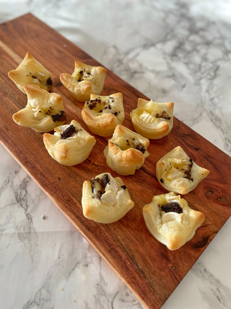 Bladerdeeg bakjes met brie en truffel